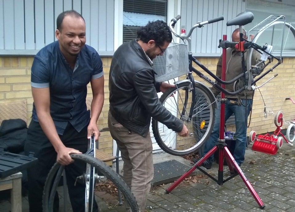 flygtninge reparerer cykler hos Røde Kors Hørsholm