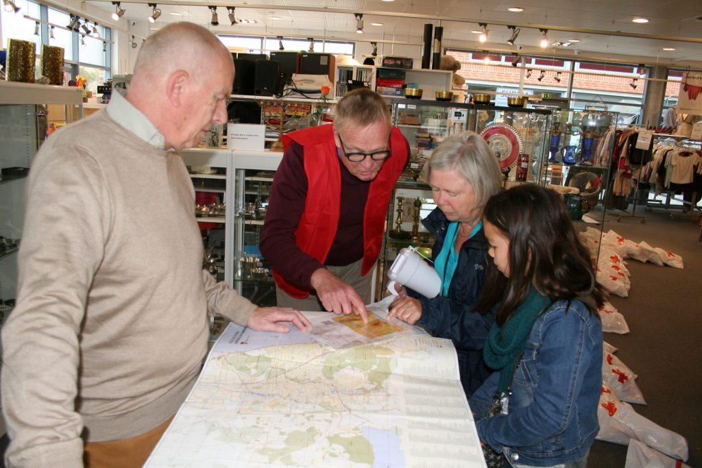 Landsindsamling 2016: Gerd Askaa og barnebarnet Naja får instruktion om deres rute af næstformand i Røde Kors Ole Persson (tv) og tidligere lokalformand, nuværende vicepræsident i Dansk Røde Kors Svend Bak-Jensen (i midten)