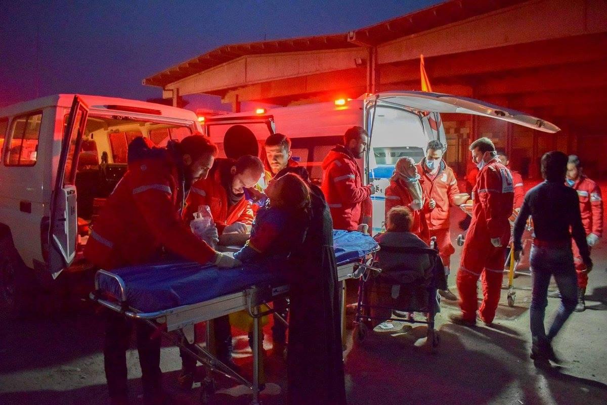 Røde Kors ambulancer evakuerer under vanskelige forhold sårede fra det østlige Aleppo