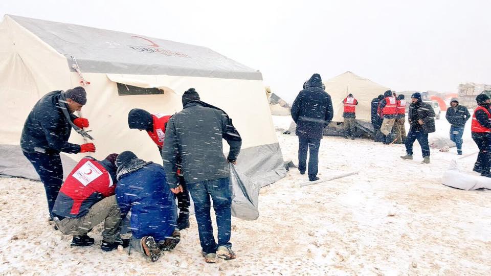 Røde Halvmåne hjælpere rejser telte Aleppo
