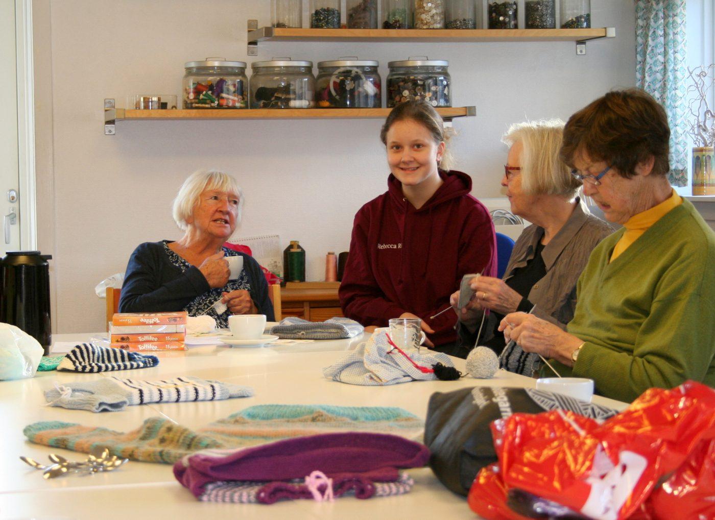 Nørklerne hos Røde Kors i Hørsholm har besøg af en ung praktikant, Rebecca Riis