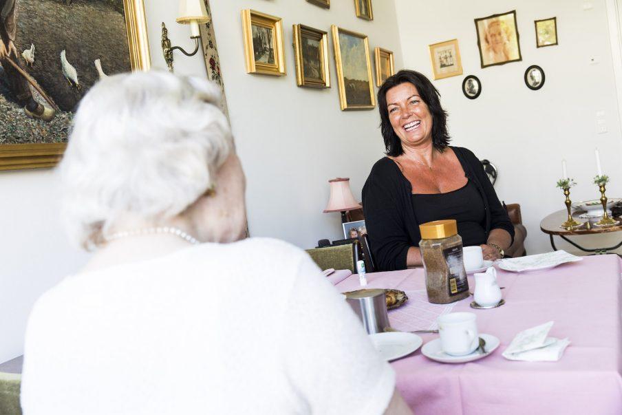 91-årige Kirsten Wessmann-Hansen og 50-årige Jeanette Bech Naeslund mødte hinanden gennem Røde Kors' besøgstjeneste for 3 år siden. Nu er de veninder og omtaler hinanden som familie - og selv om Jeanette nu er flyttet til Sverige besøger hun stadig Kirsten hver onsdag. Kirstens mand er død, og Jeanettes børn er blevet store, så de manglede begge noget meningsfuldt at fylde ugen med. Fotograf: Morten Mejnecke