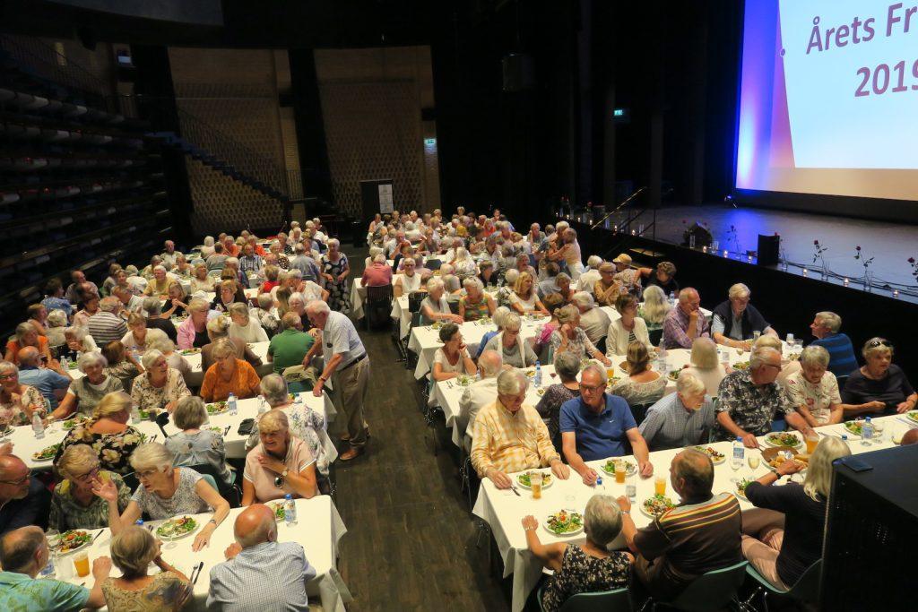 Den store sal i Kulturhuset Trommen var fyldt til bristepunktet, da kommunen inviterede mange frivillige til årets fest for de frivillige. (Foto: Jerry Ritz)