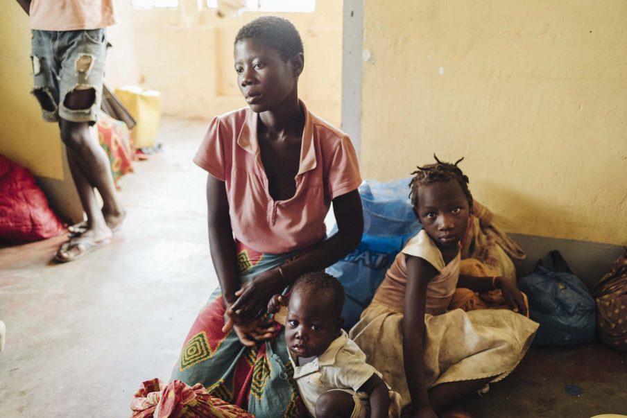 Denne lille familie i Buzi, Mozambique, overlevede cyklonen, men mangler nu alt. Foto: Benjamin Suomela/Finnish Red Cross